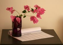 Vas med blommor på en tabell arkivfoto