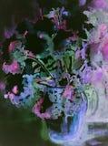 Vas med intrycket av en blommabukett mot nightly en bakgrund Royaltyfria Bilder