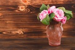 Vas med ljus - rosa rosor Arkivbilder