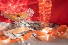 Vas med sötsaker och ett exponeringsglas med en drink royaltyfria foton