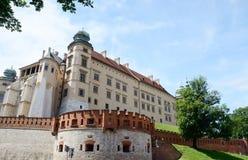 Vasa Sigismund III возвышаются и защитительные стены в Wawel рокируют стоковые фото