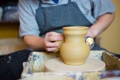 Vasaio che asciuga vaso ceramico con l'essiccatore speciale fotografia stock libera da diritti