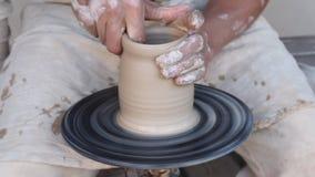 Vasaio che fa la brocca dell'argilla archivi video