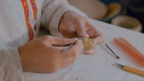 Vasaio che fa la figura dell'argilla per il gioco da tavolo archivi video