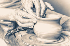 Vasaio che fa vaso dall'argilla Vecchio stile d'annata Fotografia Stock