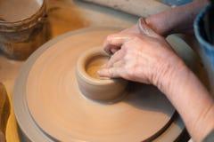 Vasaio dell'artigiano che getta un vaso Fotografie Stock