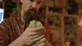 Vasaio maschio professionista che prepara argilla per il lavoro video d archivio