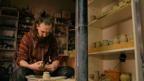 Vasaio professionista che modella tazza con l'utensile speciale nell'officina delle terraglie archivi video