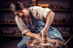 Vasaio professionista incantante che fa terraglie, scultore da argilla bagnata sulla ruota handiwork fotografia stock libera da diritti