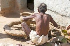 Vasaio in villaggio rurale tribale fotografia stock