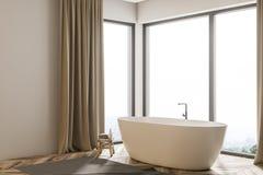 Vasca bianca nella vista laterale del bagno beige delle tende Immagine Stock