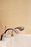 Vasca bianca o lavandino del doppio rubinetto Fotografia Stock