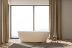 Vasca bianca in un bagno beige delle tende Immagini Stock Libere da Diritti