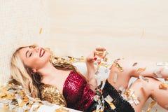 Vasca bionda ricca della ragazza di umore festivo del partito fotografie stock