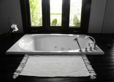 Vasca da bagno della stanza da bagno, interiore lussuoso fotografia stock libera da diritti
