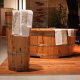 Vasca da bagno di legno al festival di Olis a Milano, Italia Immagine Stock