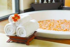 Vasca da bagno nella stanza della stazione termale Immagine Stock