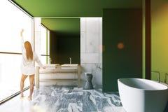 Vasca del bagno di lusso verde e lavandino interni, donna Immagine Stock Libera da Diritti