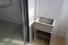 Vasca della lavanderia del granito sul balcone Fotografia Stock