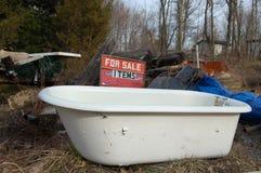 Vasca di bagno di Junked fotografie stock libere da diritti