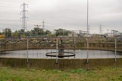 Vasca di decantazione agli impianti di acque luride Fotografia Stock