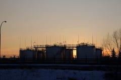 Vasca di decantazione sulla raffineria nel tramonto Immagine Stock