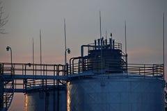 Vasca di decantazione sulla raffineria nel tramonto Immagini Stock