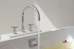 Vasca e rubinetto di bagno Fotografia Stock Libera da Diritti