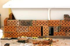 Vasca gialla del bagno del lavoro di ristrutturazione dei mattoni fotografia stock libera da diritti