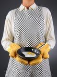Vaschetta della holding della casalinga con le uova fritte Immagine Stock Libera da Diritti