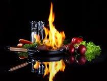 Vaschetta di frittura con fuoco burning all'interno immagini stock libere da diritti