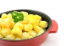 Vaschetta rossa con le patate cotte fresche immagine stock libera da diritti