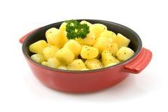 Vaschetta rossa con le patate cotte fresche fotografie stock libere da diritti