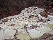 Vaschette del sale nelle Ande peruviane fotografie stock libere da diritti