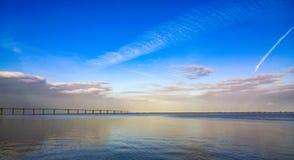 Vasco da Gama Bridge över floden Tejo i Lissabon Arkivfoton
