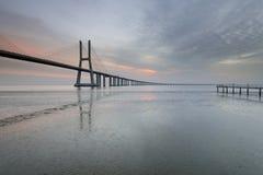 Vasco da Gama Bridge-landschap bij zonsopgang royalty-vrije stock afbeeldingen