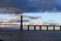 Vasco da Gama bro i en molnig natt Royaltyfria Foton