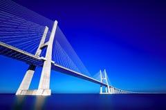 Vasco-da-Gama-bro konstnärlig bred vinkel Royaltyfri Foto
