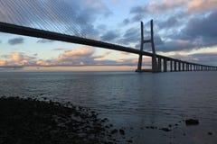 Vasco da Gama-brug achter sommige stenen Stock Foto