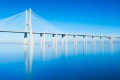 Vasco Da Gama most odzwierciedlający w Tejo rzece, Lisbon, Portugalia zdjęcia royalty free