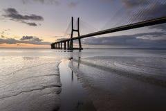 Vasco Da Gama most w Lisbon jest zadziwiającym punktem Fotografia Stock