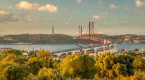 Vascoda Gama-Brücke an der Dämmerung Stockfotos