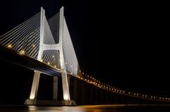Vascoda Gama-Brücke in Lissabon mit Ablichtung stockbild