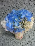 Vase à fleur bleu de Hydragea sur la dentelle Photographie stock libre de droits