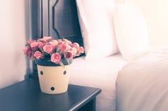 Vase à fleur sur la table de nuit dans la chambre à coucher, image de style de vintage Images libres de droits