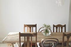 Vase à fleur sur le dessus d'une table de salle à manger vide Images libres de droits