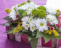 Vase à fleurs mis sur la table Photo libre de droits