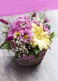 Vase à fleurs mis sur la table Image stock