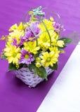 Vase à fleurs mis sur la table Photographie stock