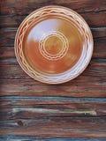 Vase à poterie sur les faisceaux en bois Image libre de droits